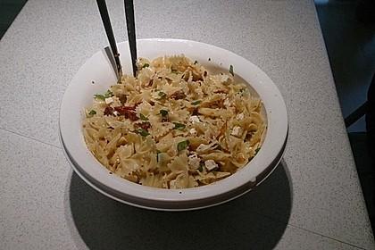 Nudelsalat mit getrockneten Tomaten, Pinienkernen, Schafskäse und Basilikum 18