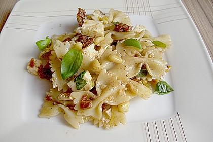 Nudelsalat mit getrockneten Tomaten, Pinienkernen, Schafskäse und Basilikum 5