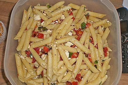 Nudelsalat mit getrockneten Tomaten, Pinienkernen, Schafskäse und Basilikum 54