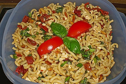 Nudelsalat mit getrockneten Tomaten, Pinienkernen, Schafskäse und Basilikum 23