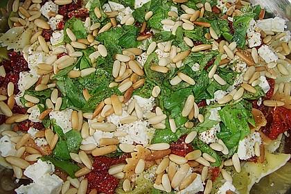 Nudelsalat mit getrockneten Tomaten, Pinienkernen, Schafskäse und Basilikum 32