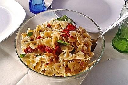 Nudelsalat mit getrockneten Tomaten, Pinienkernen, Schafskäse und Basilikum 7