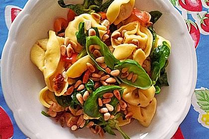 Nudelsalat mit getrockneten Tomaten, Pinienkernen, Schafskäse und Basilikum 38
