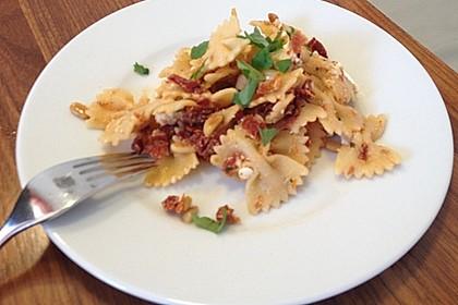 Nudelsalat mit getrockneten Tomaten, Pinienkernen, Schafskäse und Basilikum 51
