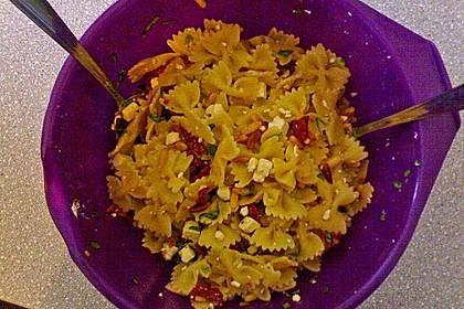 Nudelsalat mit getrockneten Tomaten, Pinienkernen, Schafskäse und Basilikum 55