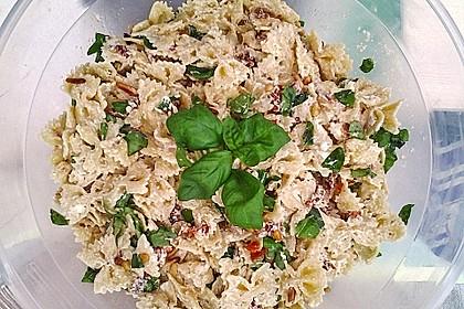Nudelsalat mit getrockneten Tomaten, Pinienkernen, Schafskäse und Basilikum 30