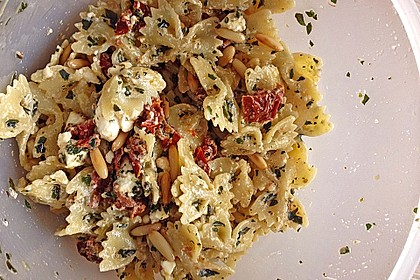 Nudelsalat mit getrockneten Tomaten, Pinienkernen, Schafskäse und Basilikum 34