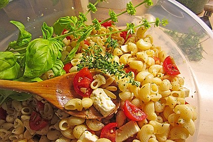 Nudelsalat mit getrockneten Tomaten, Pinienkernen, Schafskäse und Basilikum 19