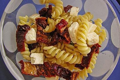Nudelsalat mit getrockneten Tomaten, Pinienkernen, Schafskäse und Basilikum 25