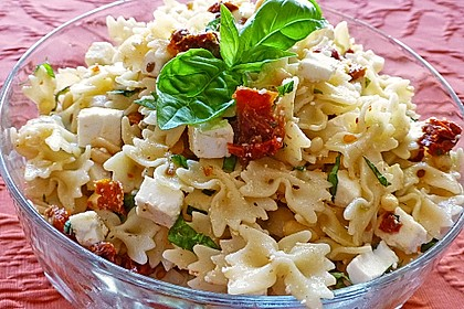 Nudelsalat mit getrockneten Tomaten, Pinienkernen, Schafskäse und Basilikum 3