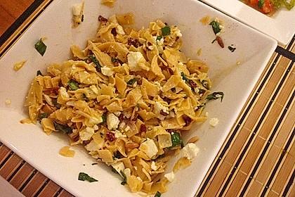 Nudelsalat mit getrockneten Tomaten, Pinienkernen, Schafskäse und Basilikum 56