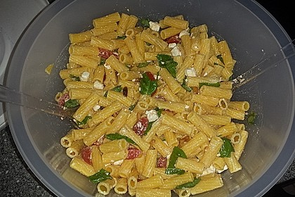 Nudelsalat mit getrockneten Tomaten, Pinienkernen, Schafskäse und Basilikum 24