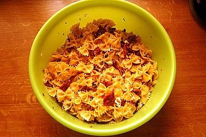Nudelsalat mit getrockneten Tomaten, Pinienkernen, Schafskäse und Basilikum 52
