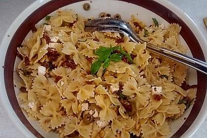 Nudelsalat mit getrockneten Tomaten, Pinienkernen, Schafskäse und Basilikum 14