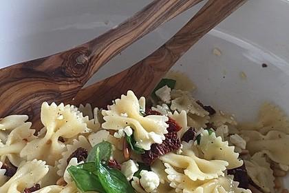 Nudelsalat mit getrockneten Tomaten, Pinienkernen, Schafskäse und Basilikum 13