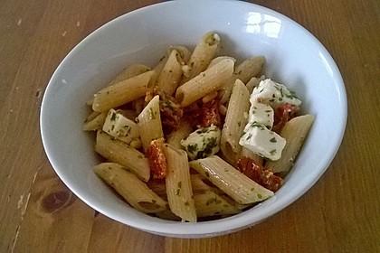 Nudelsalat mit getrockneten Tomaten, Pinienkernen, Schafskäse und Basilikum 28