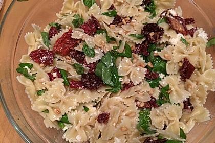 Nudelsalat mit getrockneten Tomaten, Pinienkernen, Schafskäse und Basilikum 12