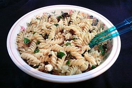 Nudelsalat mit getrockneten Tomaten, Pinienkernen, Schafskäse und Basilikum 1