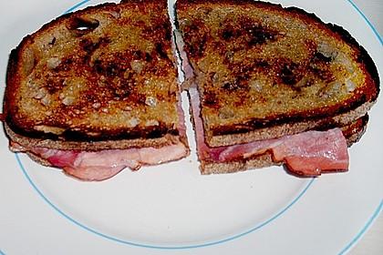 Geröstetes Brot mit Brie und Schinken 1
