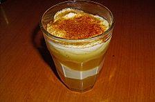 Dessert aus Quark mit Apfelmus und Sahne