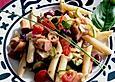 Nudelsalat mit rohen Zucchini, Tomaten, Kidneybohnen und Wurst