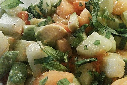 Melonensalat mit Avocado, Papaya, Salatgurke und Minze 3