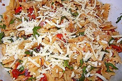 Nudelsalat mit Rucola und getrockneten Tomaten