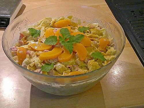 tortellini salat mit currypulver und pfirsichen rezept. Black Bedroom Furniture Sets. Home Design Ideas
