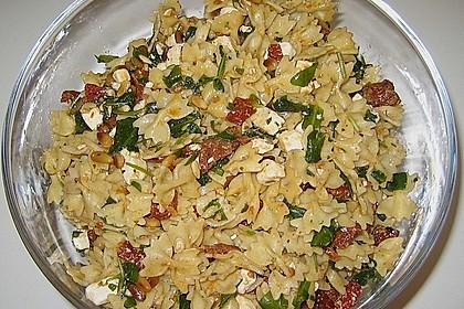 Mediterraner Nudelsalat mit getrockneten Tomaten und Pinienkernen 2