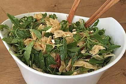 Mediterraner Nudelsalat mit getrockneten Tomaten und Pinienkernen 0