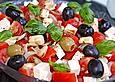 Tomatensalat mit Feta - Käse, Oliven  und Basilikum