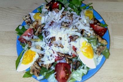Gemischter grüner Salat mit Walnüssen und Parmesan 15