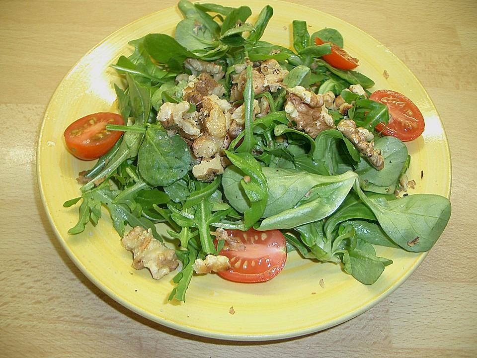 Salat mit nussen und parmesan