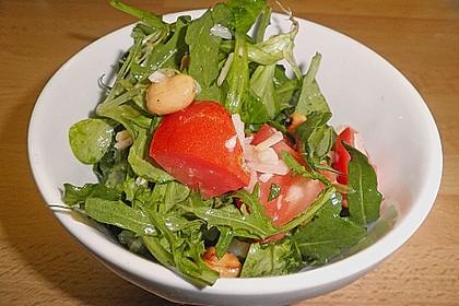 Gemischter grüner Salat mit Walnüssen und Parmesan 7