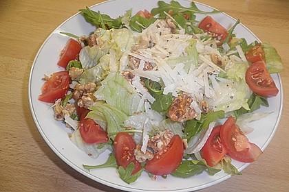 Gemischter grüner Salat mit Walnüssen und Parmesan 8