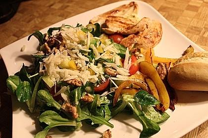 Gemischter grüner Salat mit Walnüssen und Parmesan