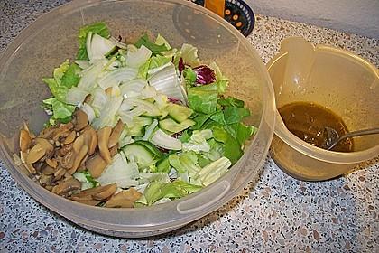 Gemischter grüner Salat mit Walnüssen und Parmesan 14