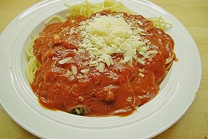 Spaghetti mit fruchtig - scharfer Tomatensoße 8