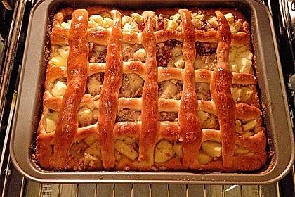 Apfelkuchen mit Walnüssen und Hefeteig 3