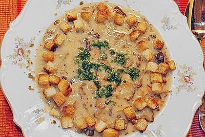 Pilzsuppe mit Knoblauchbrotwürfeln