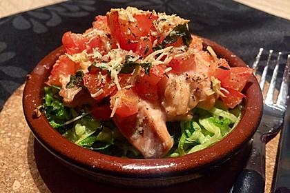 Wildlachs mit Tomatenkruste auf Zucchinibett
