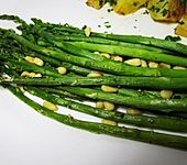 Grüner Spargel mit Pinienkernen (Bild)