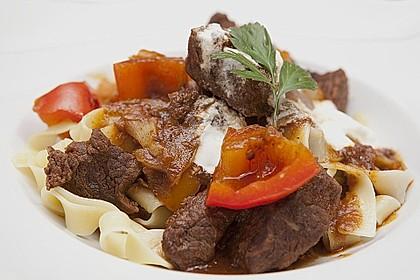 Gulasch vom Rind mit Schalotten und Paprika 3