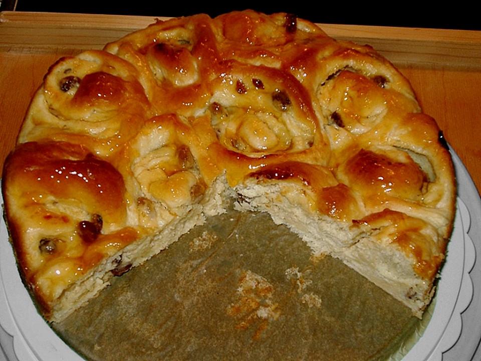 Kuchen mit marzipan und rosinen