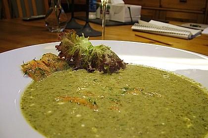 Feine Salatsuppe mit Räucherlachs