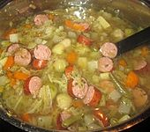 Frische Gemüsesuppe mit Mettenden