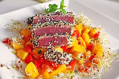 Thunfischfilet in Zimt-Sesam-Kruste auf Chili-Mango-Salat