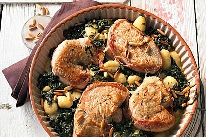 Putensteaks aus dem Ofen mit Spinat - Gorgonzola - Sauce und Pinienkernen