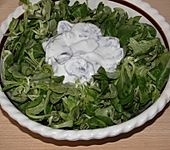Feldsalat mit Champignons in Kräuterrahmsauce