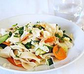 Nudeln mit Zucchini und Möhren und Frischkäse